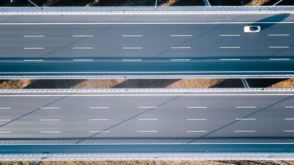 Vooral in het aanleggen van straatwerk wordt al veel geëxperimenteerd en gewerkt met biobased producten. Denk hierbij aan biobased asfalt, wegenverf- maar ook beton.
